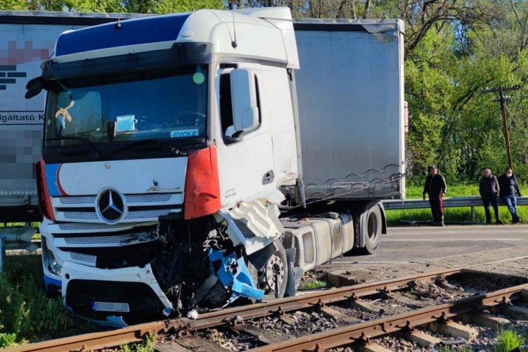 Vonat sodort el egy teherautót – fotók