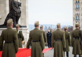 Felvonták a nemzeti lobogót az Országház előtt</h2>