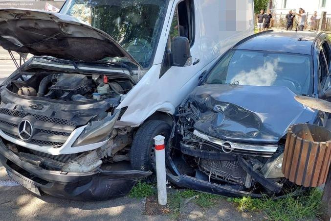 Ütközés Székelyudvarhelyen, egy személyt ki kellett menteni az autóból