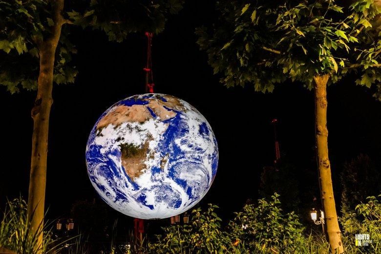 Fényinstalláción jelenik meg a Föld bolygó Sepsiszentgyörgy központjában