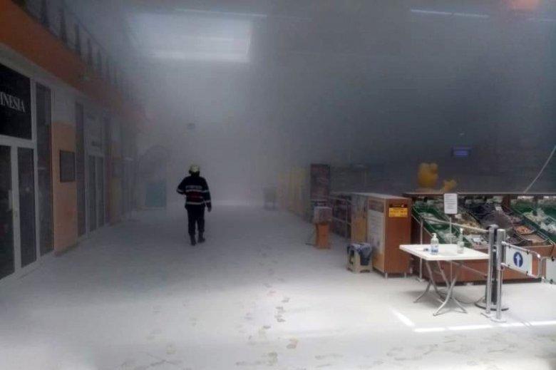 Beindult a tűzvédelmi rendszer, por lepte el a bevásárlóközpontot – videó