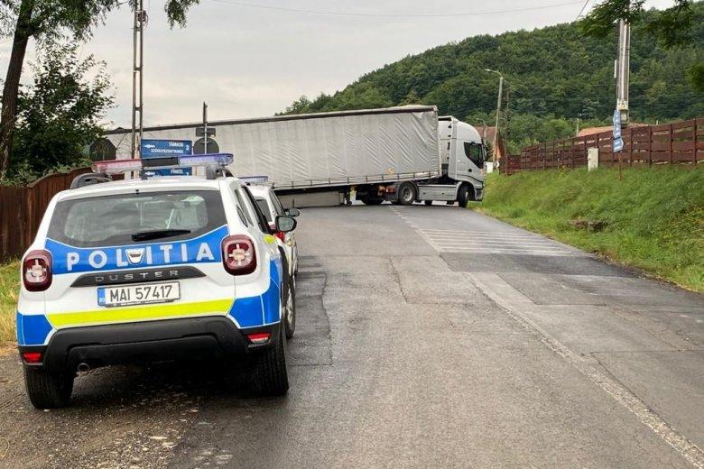 Keresztbe fordult kamion zárta el az Oroszhegy felé vezető megyei utat