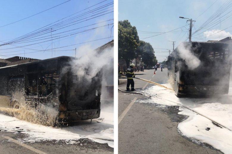 Menet közben kezdett el füstölni egy autóbusz, majd lángok csaptak fel a motorházból