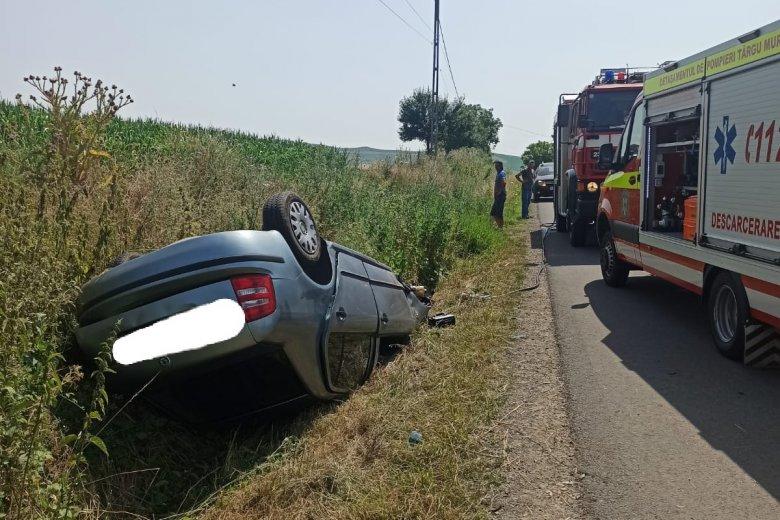 Villanyoszlopnak csapódott és felborult az útról lesodródó jármű