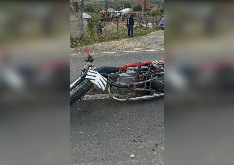 Idős motoros ütközött autóval Csíkszentdomokos közelében