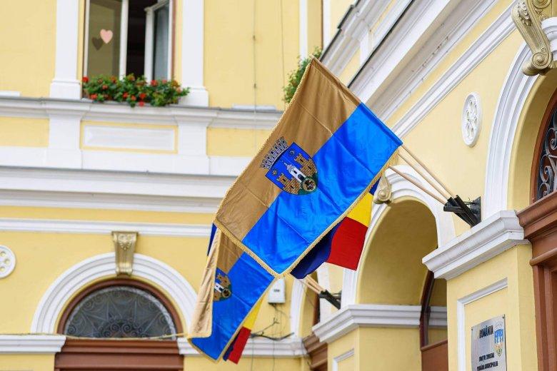 A sepsiszentgyörgyi városházán a város kék-arany lobogója