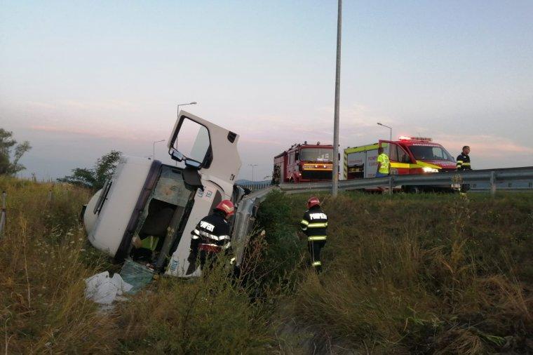 Felborult egy tartálykocsi az autópályán, több ezer liter tej folyt ki – fotók