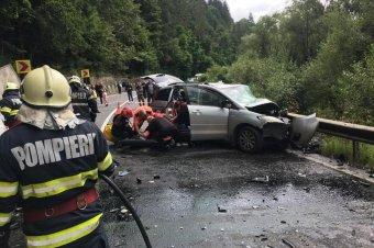 Kisbusszal ütközött egy személyautó Maros megyében, tizenhárman megsérültek