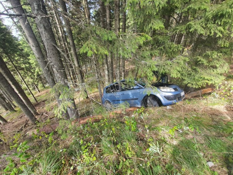 Menet közben gyulladt ki az autó, majd lezuhant az útról