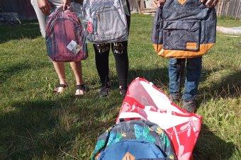 Tanszereket adományoztak nehézsorsú gyerekeknek Csíkszéken