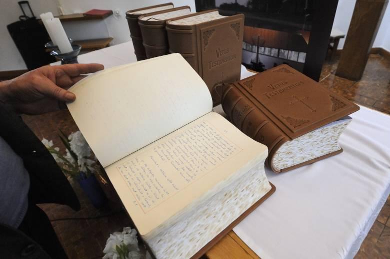 Átadták a kéziratos magyar Bibliát a pápának