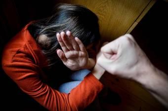 Saját lányát bántalmazta, vizsgálódik a rendőrség