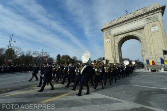 Román centenárium – katonai parádét tartottak a bukaresti Diadalívnél a nemzeti ünnep tiszteletére