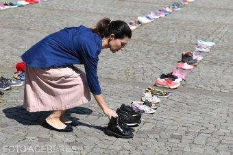 Cipőket helyeztek el a román belügyminisztérium épülete elé: az eltűnt gyerekek megoldatlan eseteire hívták fel a figyelmet
