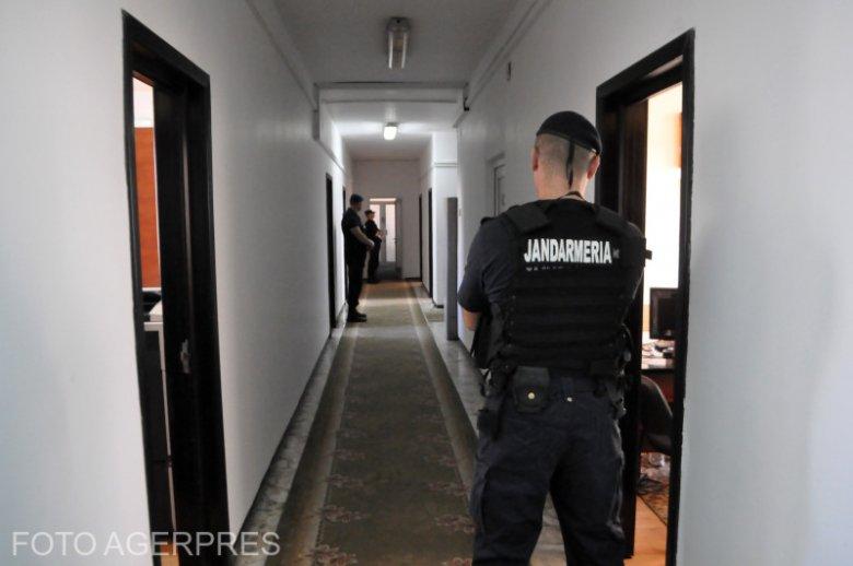 Adócsalás miatt vizsgálódnak, két személyt őrizetbe vettek