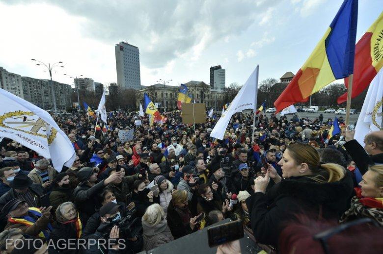 Közel 14 ezren vettek részt a járványügyi korlátozások elleni keddi tüntetéseken, 1300 bírságot osztottak ki a hatóságok