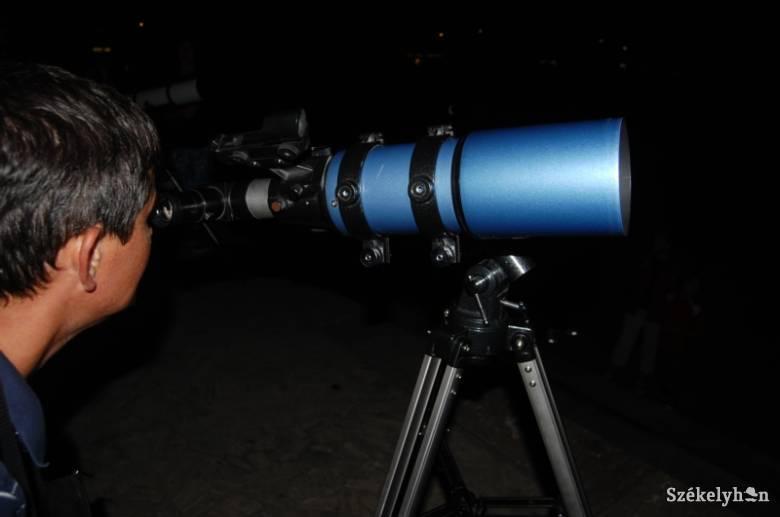 Péntek este szabad szemmel is látható lesz a gyors internetért felelős Starlink-műholdfüzér