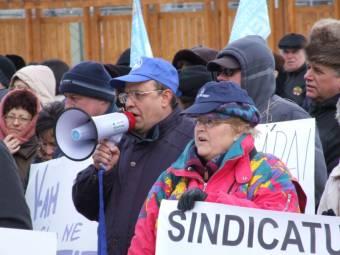 Az alkotmánybíróság épülete előtt tüntetnek a szakszervezetek képviselői