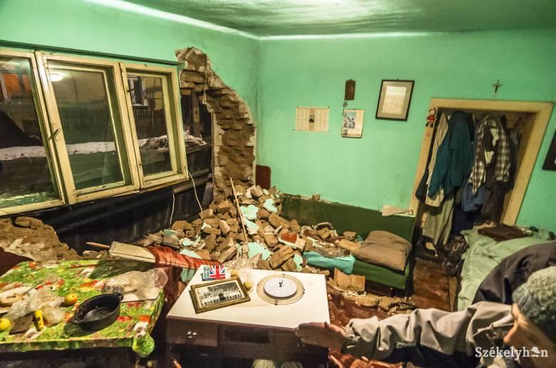 Falastól rontott a házba