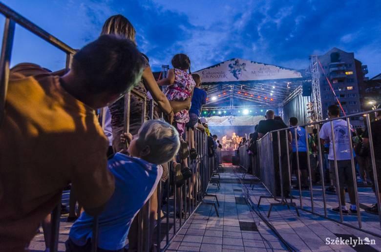 Az erdélyi fesztiválokat, sokadalmakat mutatják be