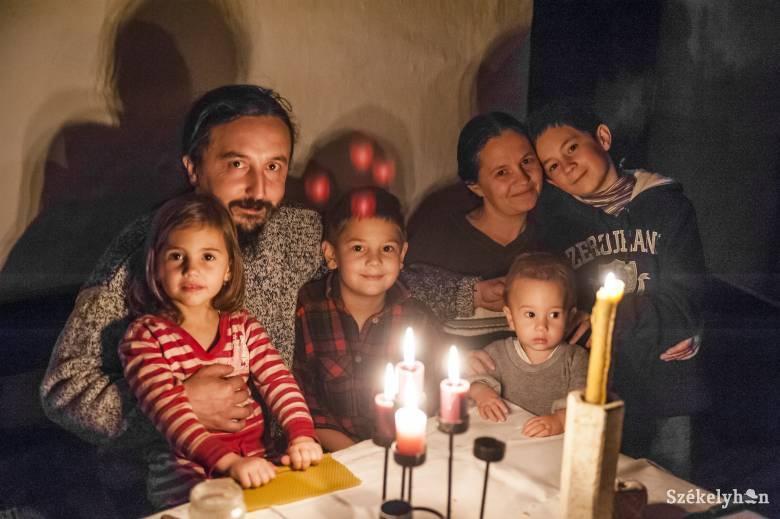 A fény köré gyűl a család