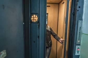 Lejárt szavatosságú, rendszeresen javításra szoruló liftek szállítják a tömbházlakókat