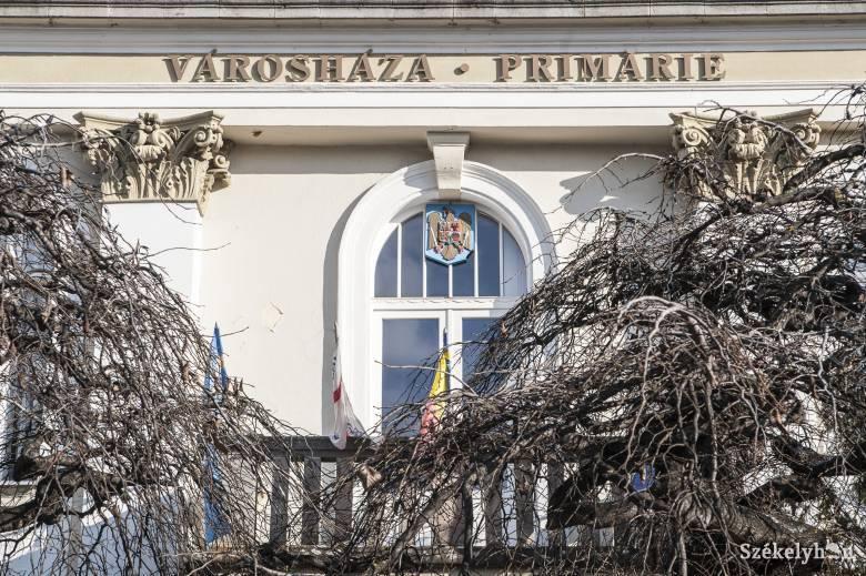 Jogerős: a Városháza feliratot is el kell távolítani