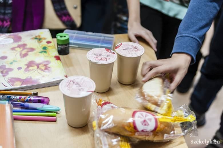 Folytatódik a Meleg étel az iskolákban kísérleti program, a kisdiákok ugyanakkor gyümölcsöt és zöldséget is kapnak