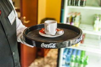 Éjfélig tarthatnak nyitva a bárok, kávézók
