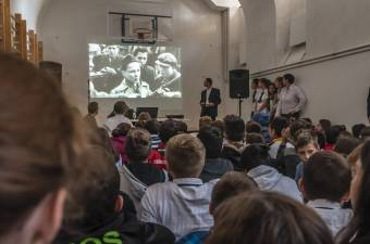 Nem szabad feledni hagyni a megélt történelmet – Az 1956-os forradalom emlékét ápolják kolozsvári középiskolások