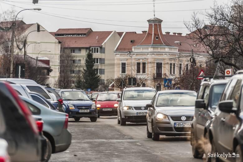 Nem csökken a gépjárműbejegyzésre várók száma Csíkszeredában