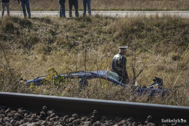 Vonattal ütközött a gépkocsi, többször átfordult, a sofőr könnyű sérülésekkel megúszta