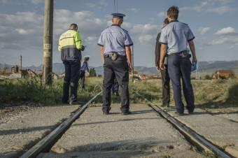 A fény- és hangjelzések ellenére hajtott a vasúti sínekre egy autó, elgázolta a vonat