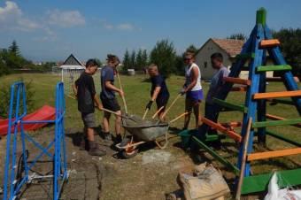 Angol önkéntesek tették színessé a csíki iskolák udvarait