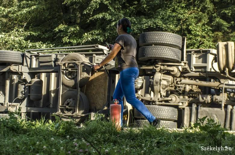 Felborult egy útburkoló bitument szállító teherautó