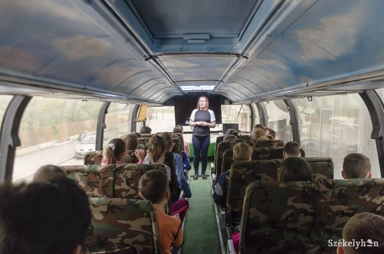 Iskola igencsak másként: oktatás egy utazó tanteremben