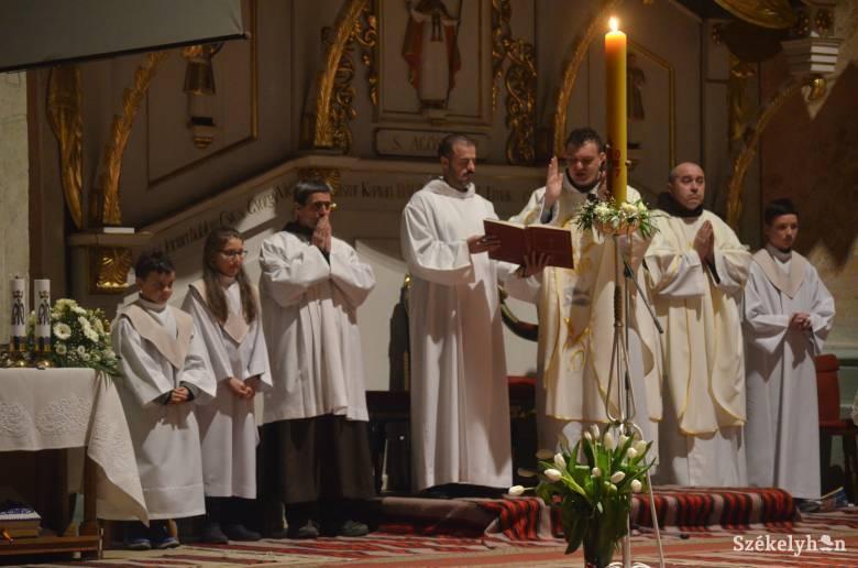 Jézus feltámadását ünneplik Nagyszombat este a katolikus templomokban