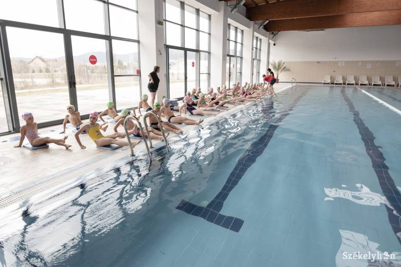 Elkezdődött a vidéki kisiskolások úszásoktatási programja
