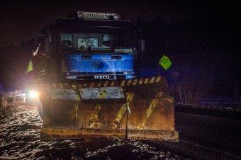 Dolgoztak az útkarbantartók: 6700 tonna csúszásgátló anyagot szórtak le az éjszaka folyamán