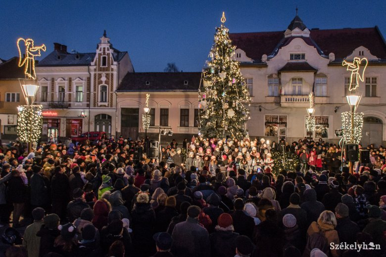 A karácsonyfa ünnepi fényei mellett gyújtották meg az első gyertyát