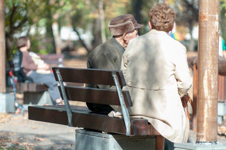 Otthon kell maradniuk az időseknek, kiterjesztik a részleges kijárási tilalmat