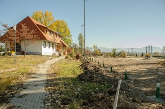 Műgyepes sportpályát létesítenek, bővítik a kultúrotthon eszköztárát Csicsóban