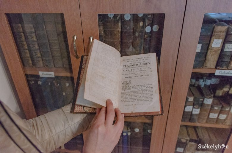 Látogatható és használható a plébániák régi gyűjteményéből álló könyvtár