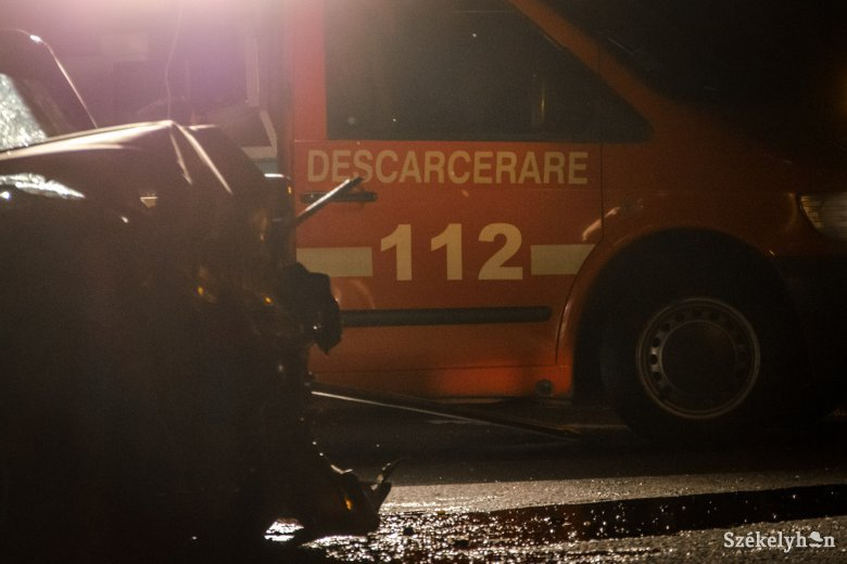 Súlyos sérülésekkel szállították kórházba az ittasan balesetező autóvezető utasát