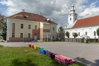 Csíki játszótereket, feredőt újítottak fel a külföldi önkéntesek