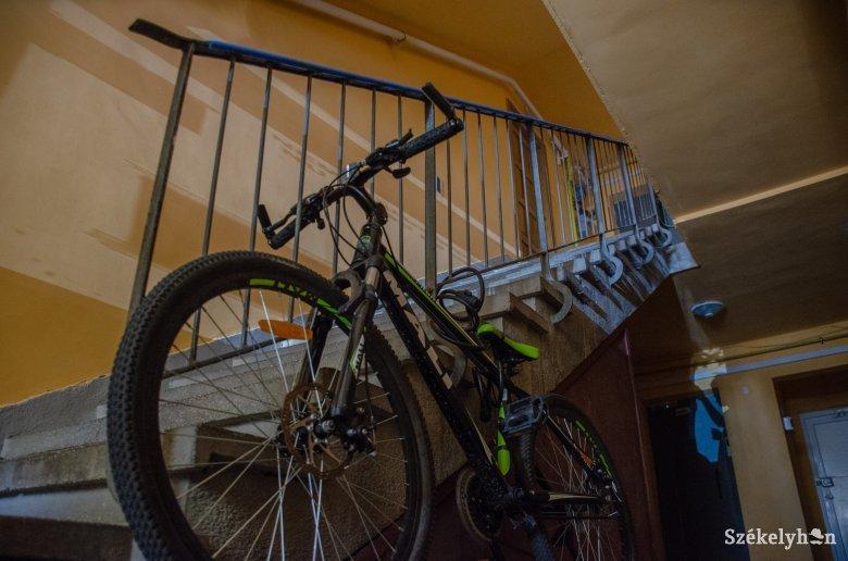 Kerékpártárolók hiányában a lépcsőházakban foglalják a helyet a biciklik