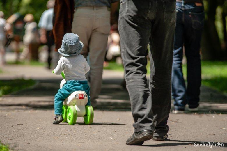 Ezer lej értékű csomagot kap minden újszülött Kovásznán