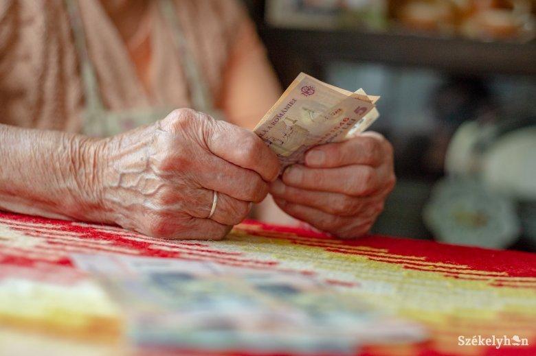 Utalták a nyugdíjakat, a postások is viszik a járandóságot