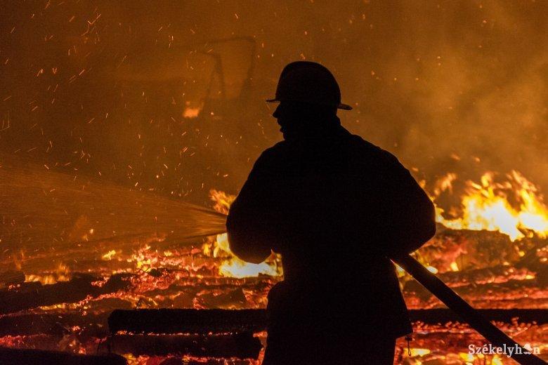 Csűrben csaptak fel a lángok a Cekend-tetőn