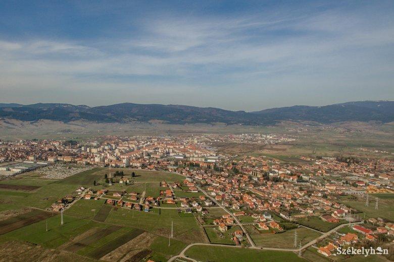 Terjeszkedő székelyföldi városok, csatlakozástól elzárkózó falvak